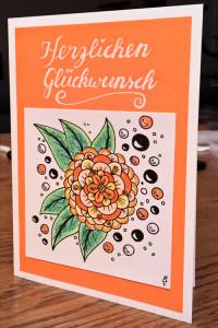 Orangene gemusterte Geburtstagskarte stehend