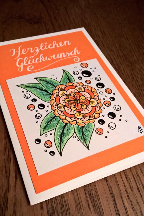 Orangene gemusterte Geburtstagskarte liegend